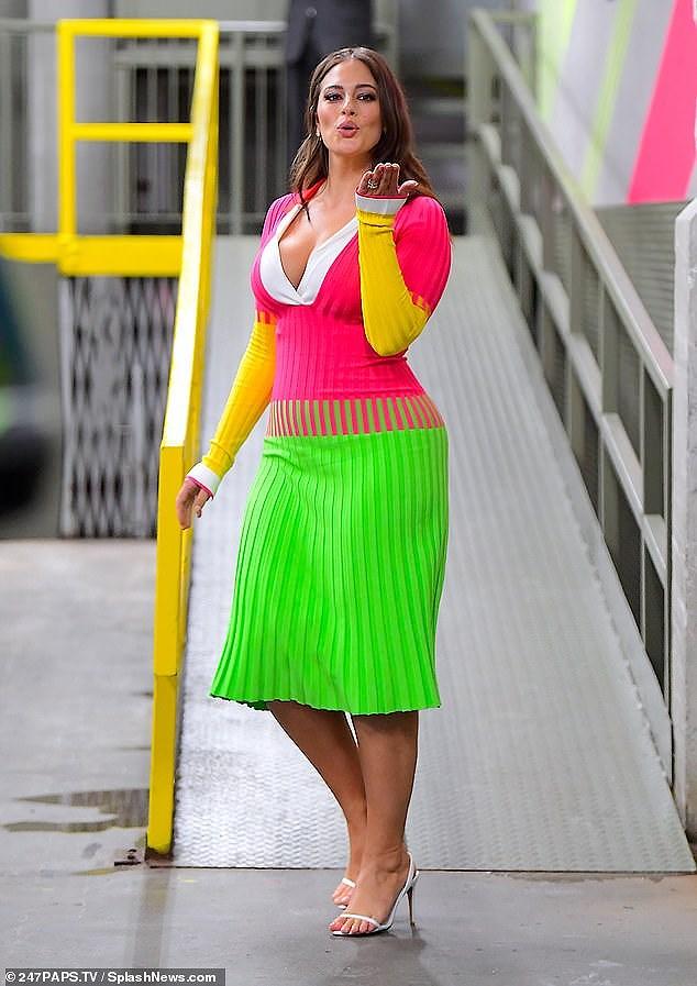 'Siêu mẫu béo' Ashley Graham đẫy đà với đầm nhiều màu rực rỡ Ảnh 2