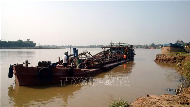Bắt giữ hàng loạt tàu khai thác cát trái phép trên sông Hồng (Hà Nội) ảnh 1