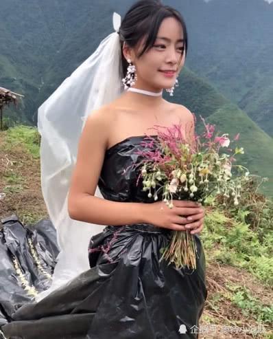 Không có tiền thuê váy cưới, cô dâu mặc túi rác đen trong ngày trọng đại Ảnh 3
