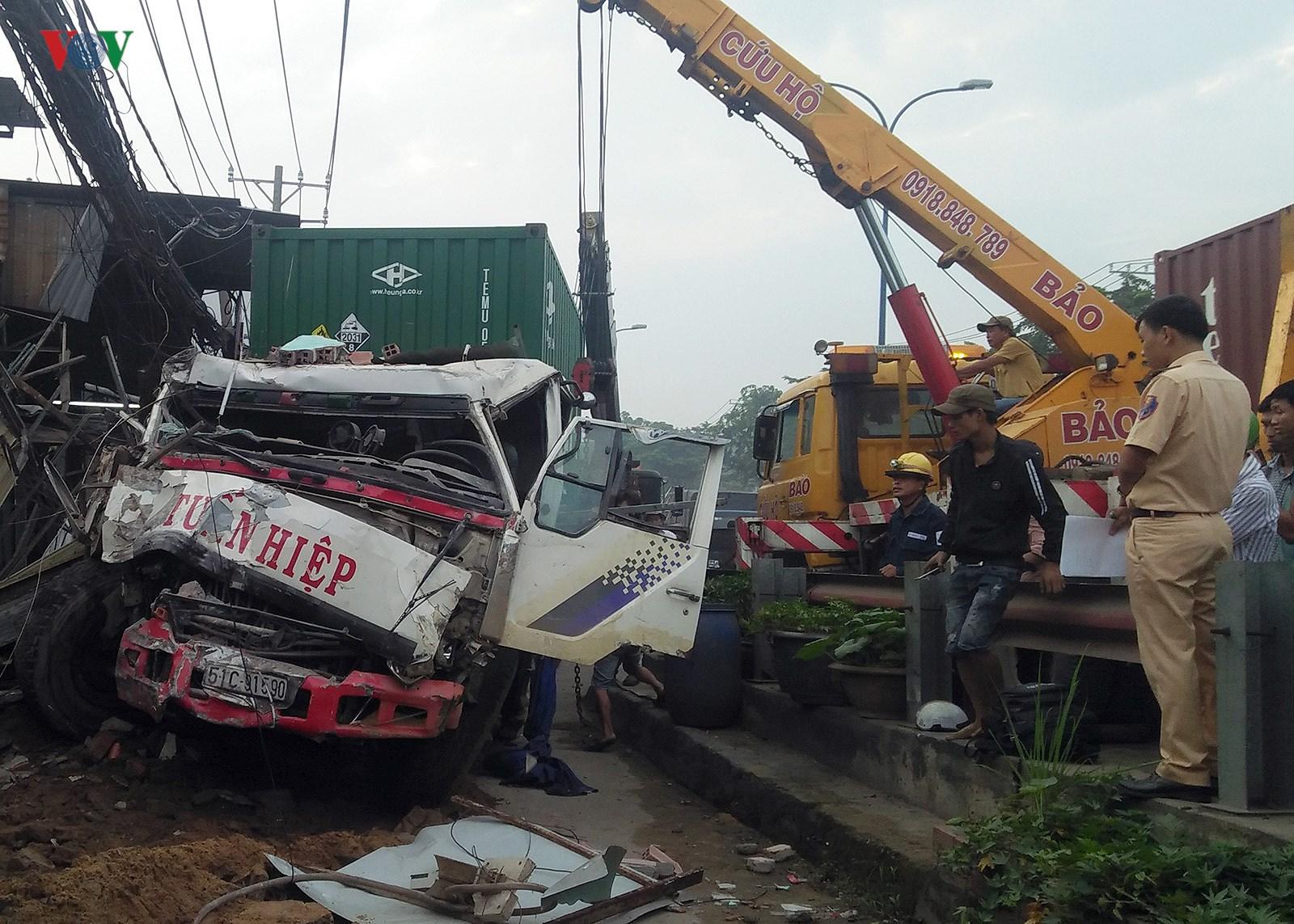 Hiện trường vụ container đâm sập 6 nhà dân trong đêm tại TPHCM Ảnh 3