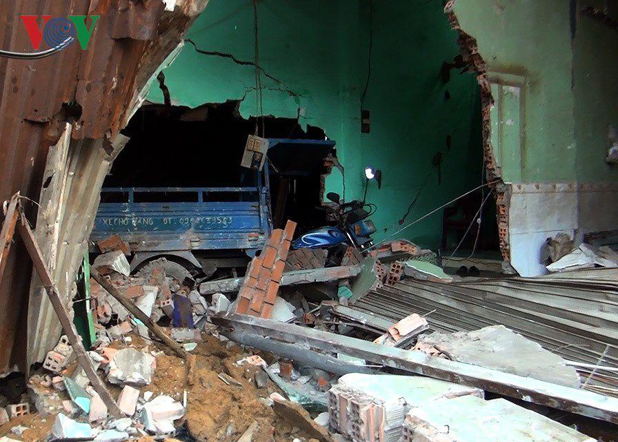 Hiện trường vụ container đâm sập 6 nhà dân trong đêm tại TPHCM Ảnh 8