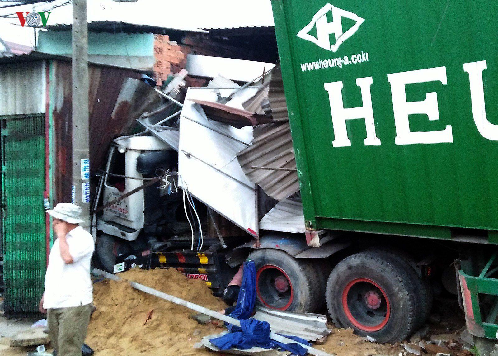 Hiện trường vụ container đâm sập 6 nhà dân trong đêm tại TPHCM Ảnh 5