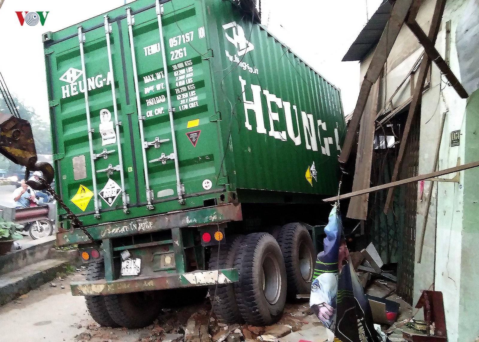 Hiện trường vụ container đâm sập 6 nhà dân trong đêm tại TPHCM Ảnh 9