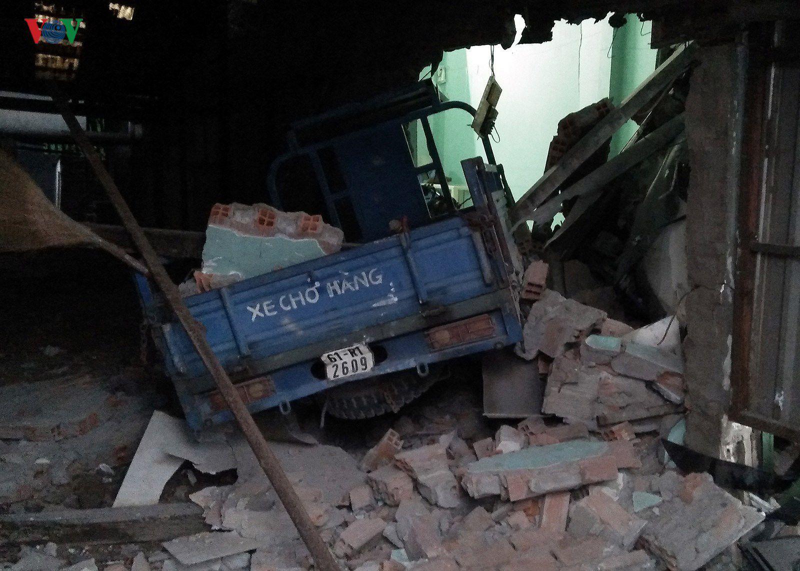 Hiện trường vụ container đâm sập 6 nhà dân trong đêm tại TPHCM Ảnh 7