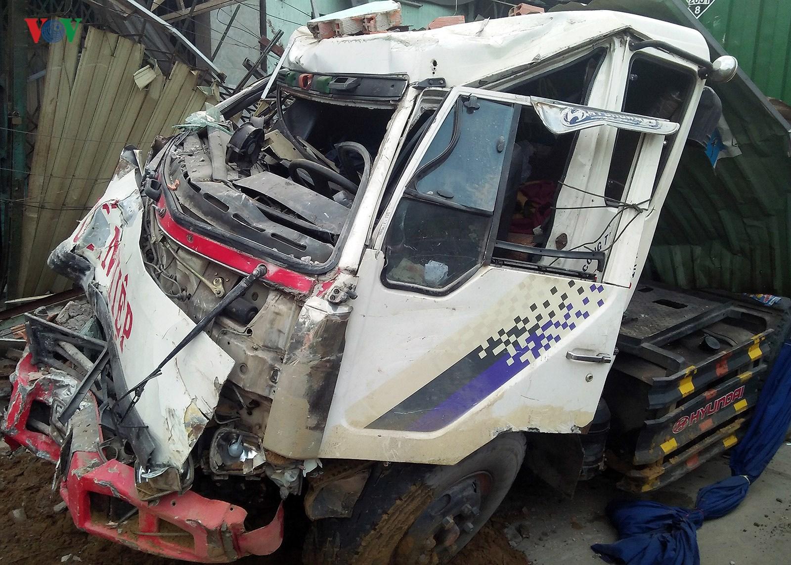 Hiện trường vụ container đâm sập 6 nhà dân trong đêm tại TPHCM Ảnh 4