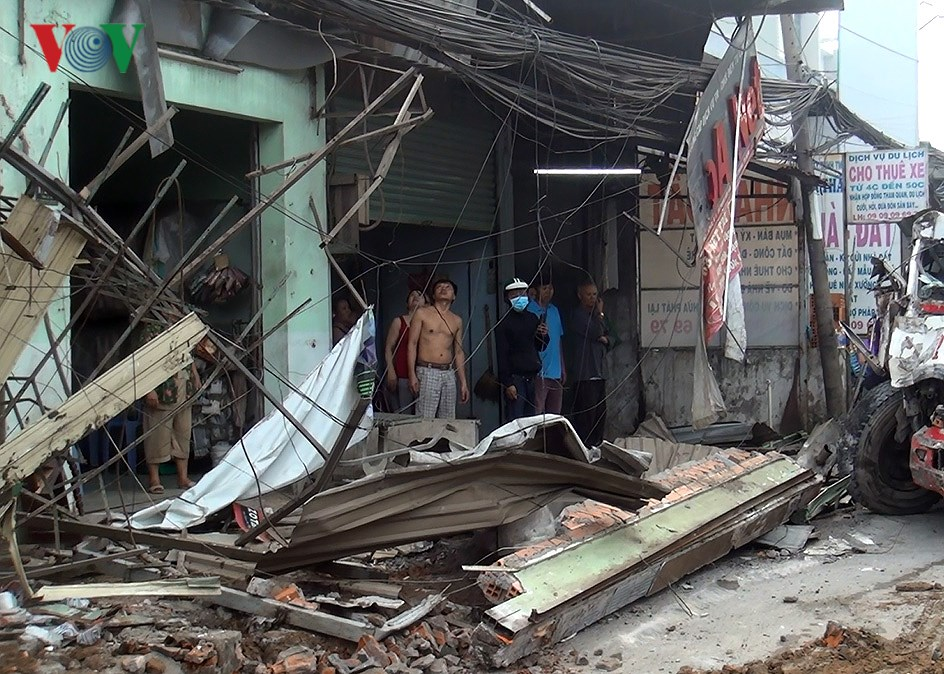 Hiện trường vụ container đâm sập 6 nhà dân trong đêm tại TPHCM Ảnh 2