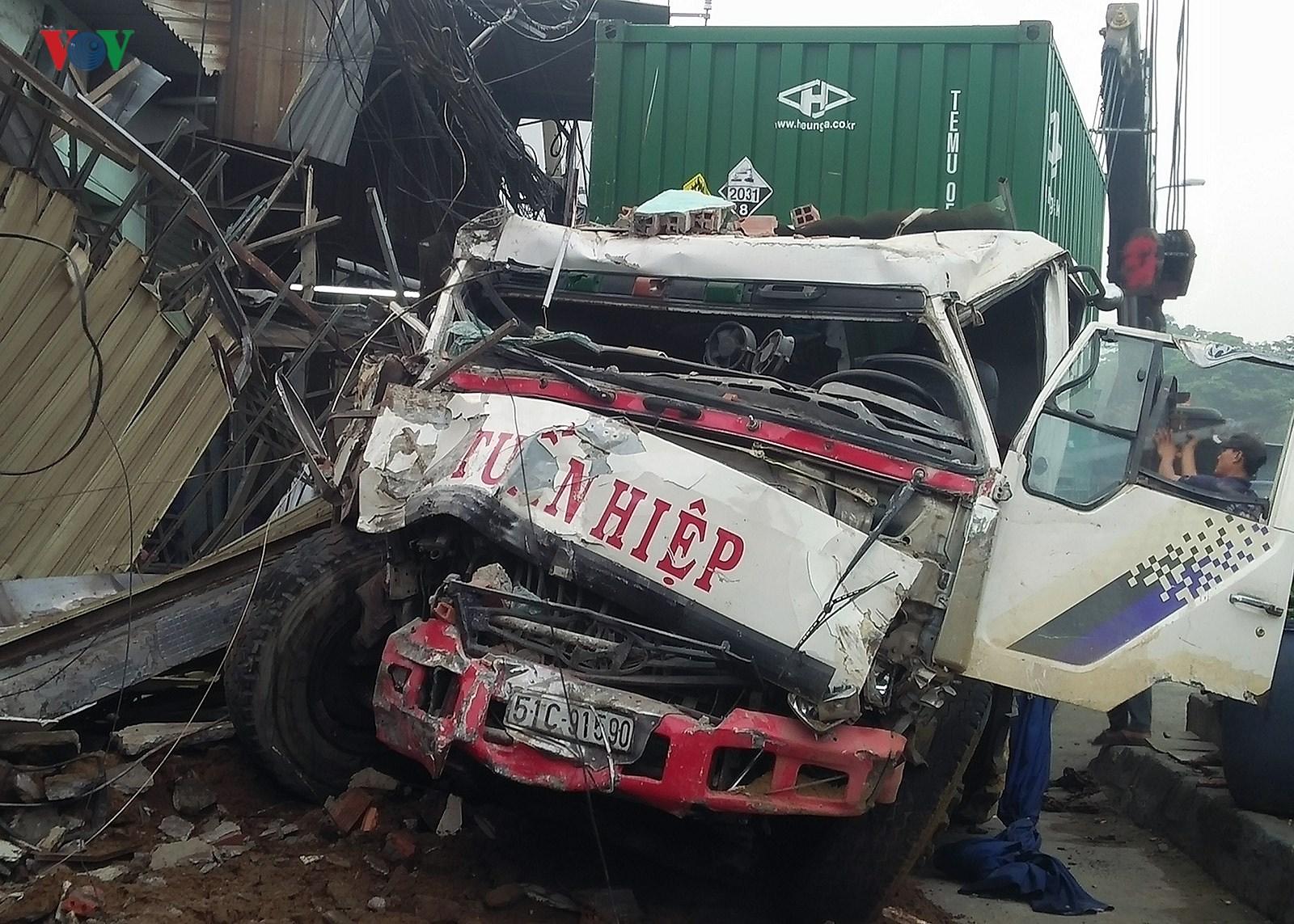 Hiện trường vụ container đâm sập 6 nhà dân trong đêm tại TPHCM Ảnh 6