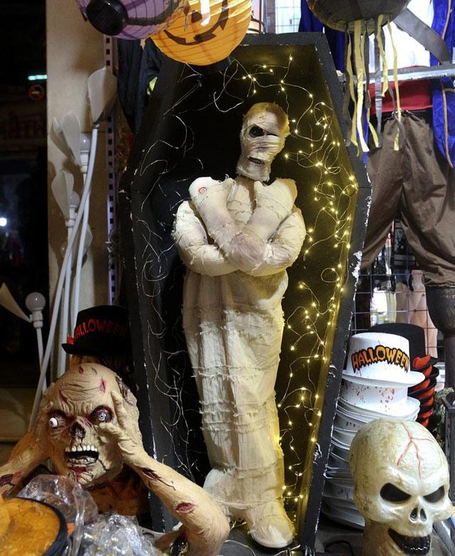 Hà Nội: Đồ chơi ma quỷ tràn ngập phố cổ trước ngày Halloween Ảnh 3