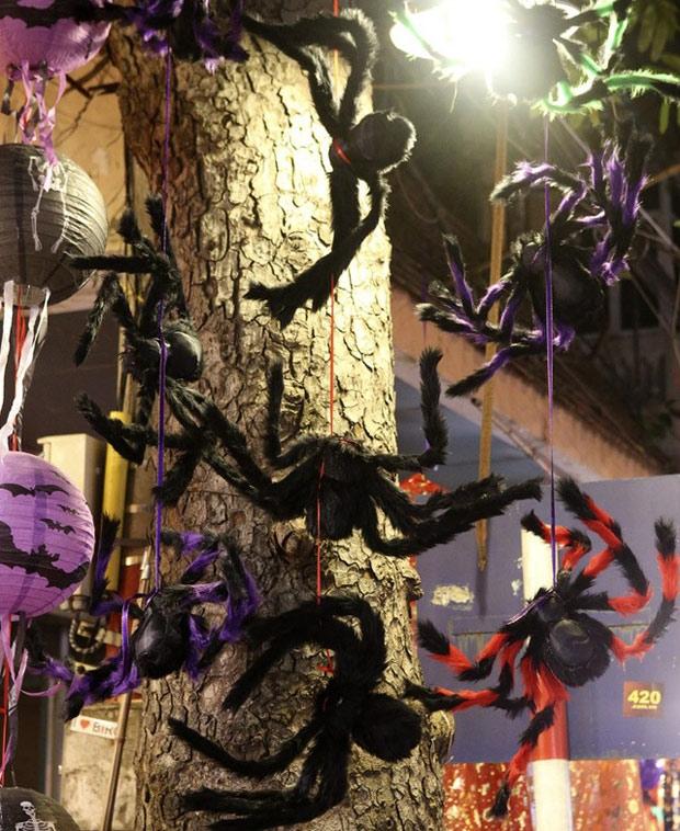 Hà Nội: Đồ chơi ma quỷ tràn ngập phố cổ trước ngày Halloween Ảnh 15