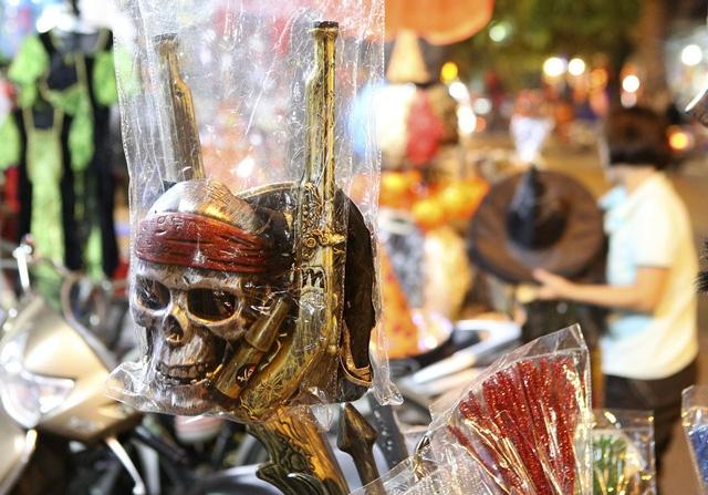 Hà Nội: Đồ chơi ma quỷ tràn ngập phố cổ trước ngày Halloween Ảnh 16