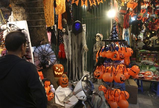 Hà Nội: Đồ chơi ma quỷ tràn ngập phố cổ trước ngày Halloween Ảnh 2