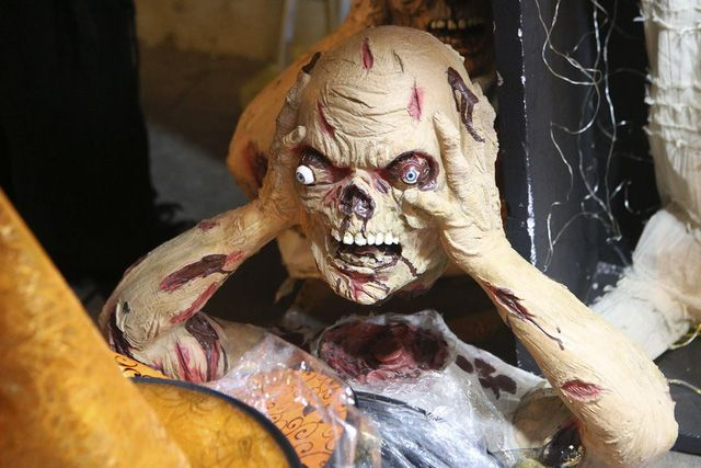 Hà Nội: Đồ chơi ma quỷ tràn ngập phố cổ trước ngày Halloween Ảnh 4