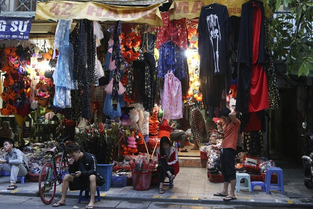 Hà Nội: Đồ chơi ma quỷ tràn ngập phố cổ trước ngày Halloween Ảnh 1