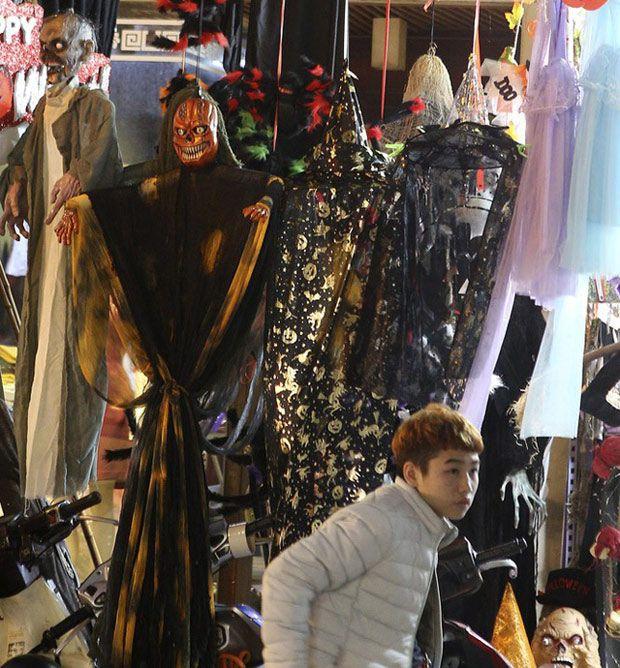 Hà Nội: Đồ chơi ma quỷ tràn ngập phố cổ trước ngày Halloween Ảnh 12