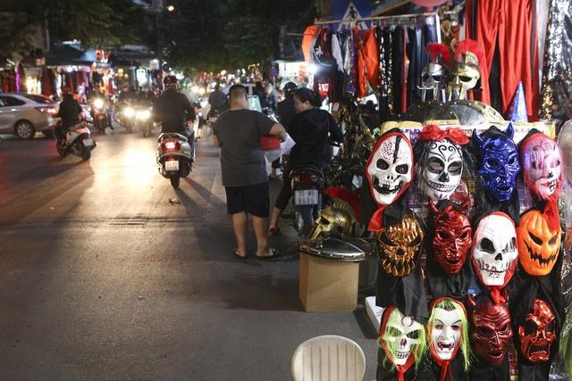 Hà Nội: Đồ chơi ma quỷ tràn ngập phố cổ trước ngày Halloween Ảnh 5