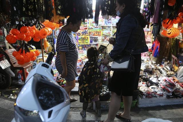 Hà Nội: Đồ chơi ma quỷ tràn ngập phố cổ trước ngày Halloween Ảnh 9