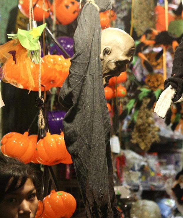 Hà Nội: Đồ chơi ma quỷ tràn ngập phố cổ trước ngày Halloween Ảnh 14