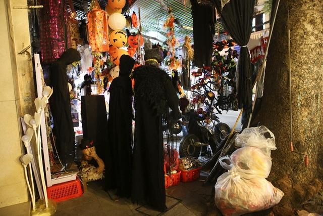 Hà Nội: Đồ chơi ma quỷ tràn ngập phố cổ trước ngày Halloween Ảnh 11