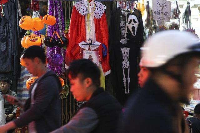 Hà Nội: Đồ chơi ma quỷ tràn ngập phố cổ trước ngày Halloween Ảnh 8