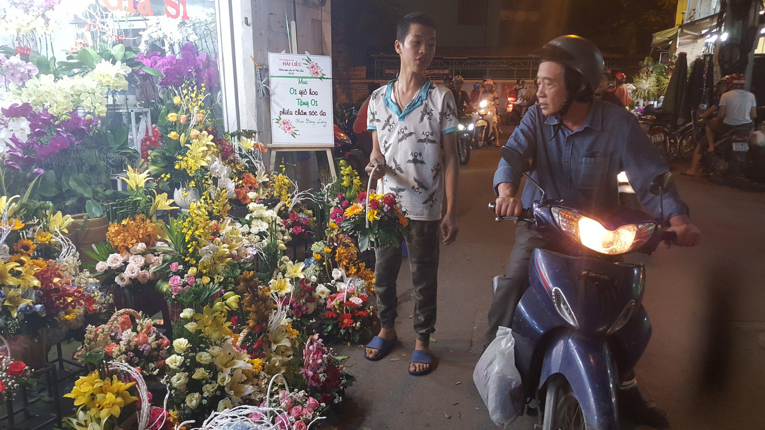 Chợ hoa lớn nhất TP.HCM cuối ngày 20/10 vẫn tấp nập Ảnh 5