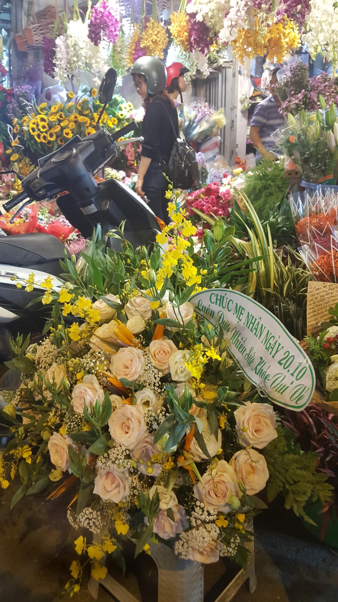 Chợ hoa lớn nhất TP.HCM cuối ngày 20/10 vẫn tấp nập Ảnh 4