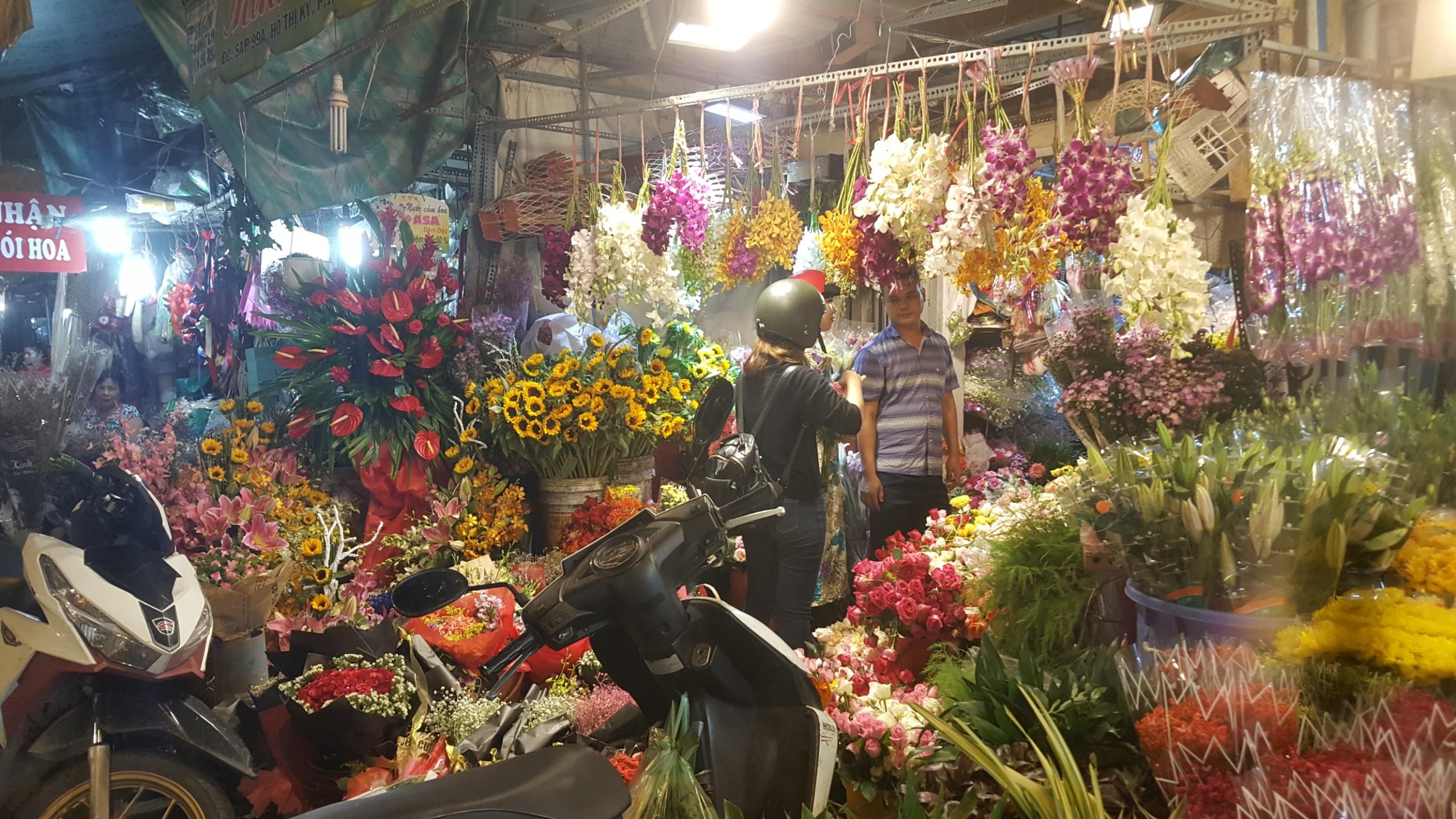 Chợ hoa lớn nhất TP.HCM cuối ngày 20/10 vẫn tấp nập Ảnh 2
