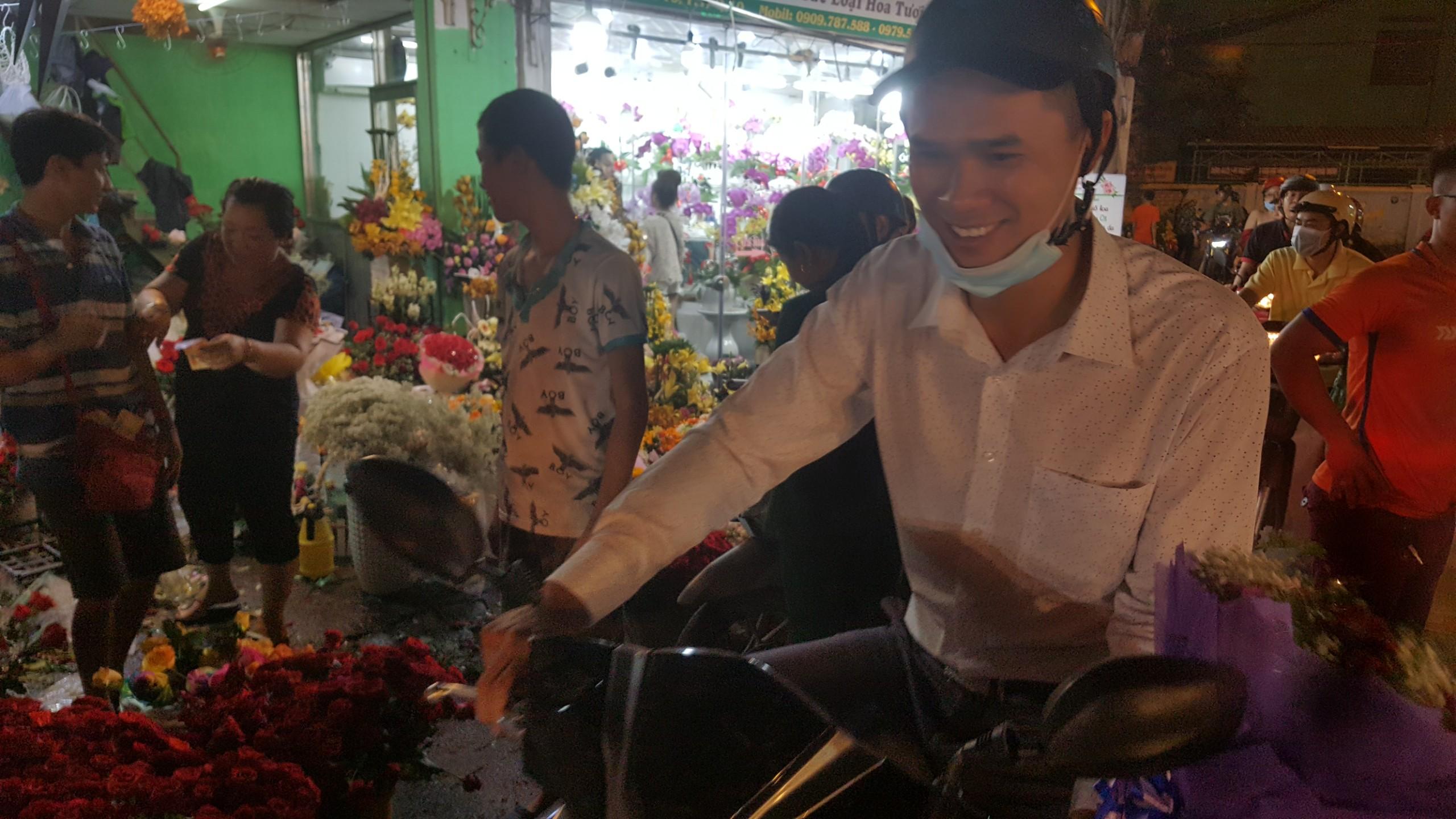 Chợ hoa lớn nhất TP.HCM cuối ngày 20/10 vẫn tấp nập Ảnh 8
