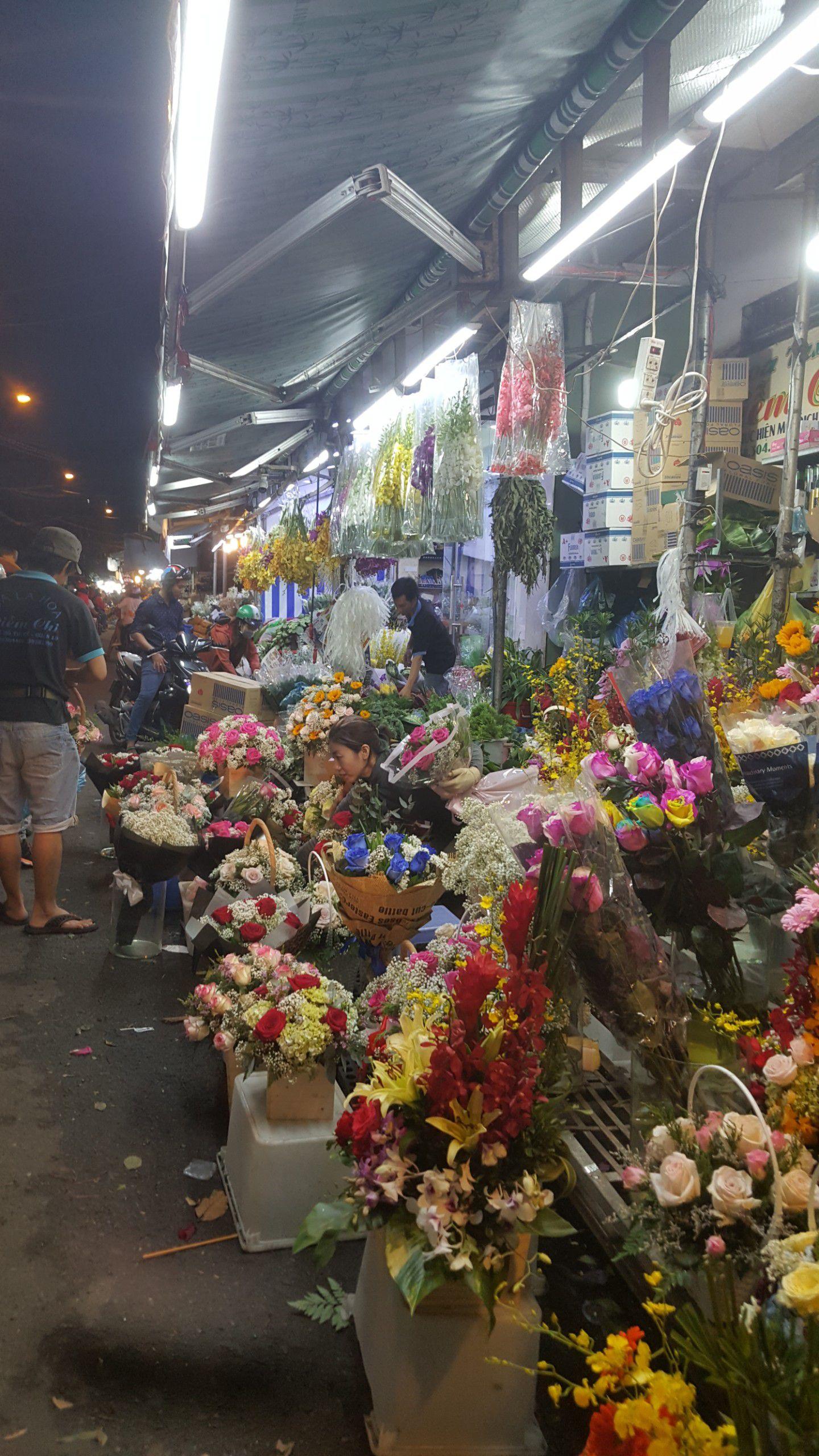 Chợ hoa lớn nhất TP.HCM cuối ngày 20/10 vẫn tấp nập Ảnh 3