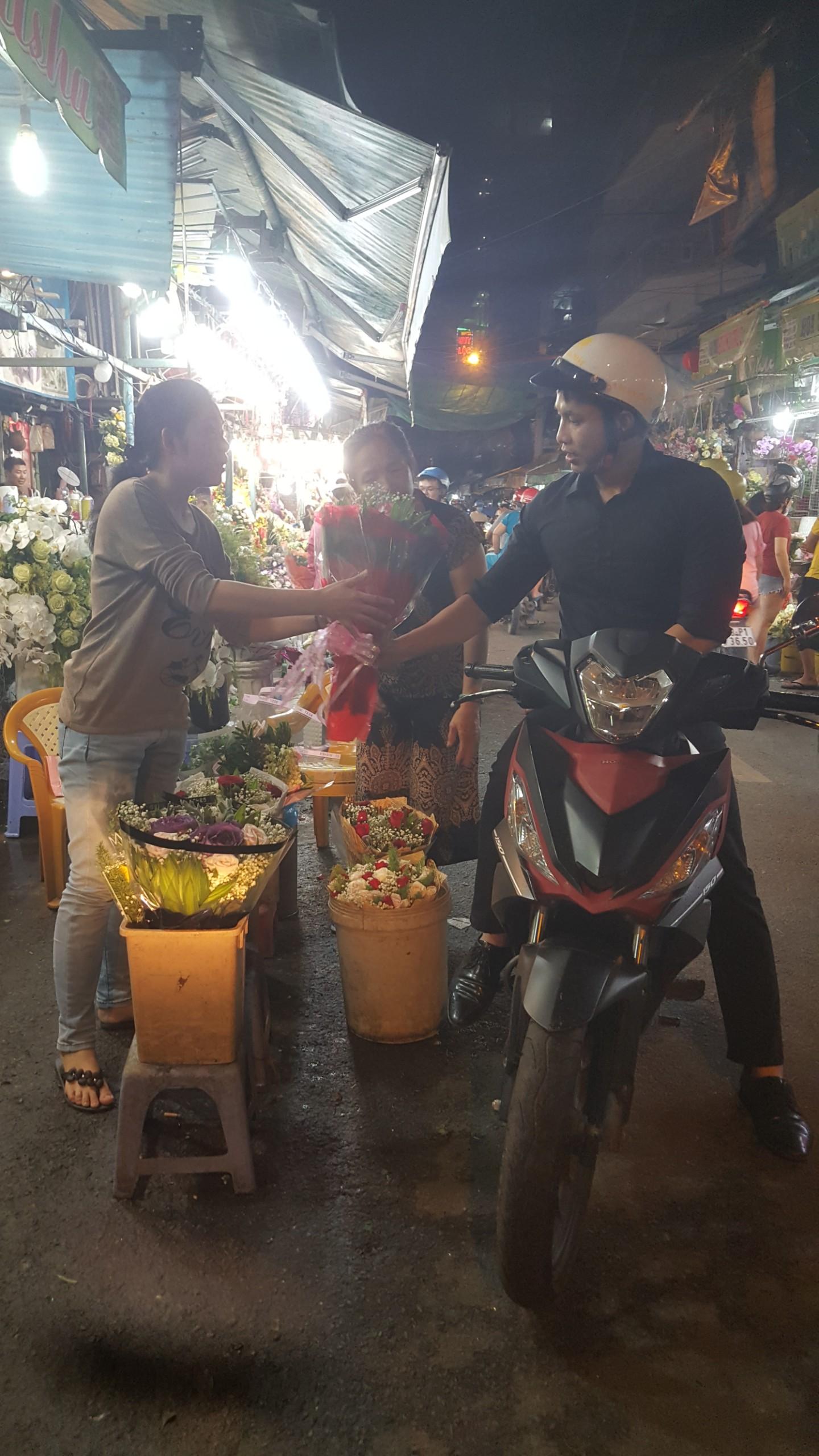 Chợ hoa lớn nhất TP.HCM cuối ngày 20/10 vẫn tấp nập Ảnh 6