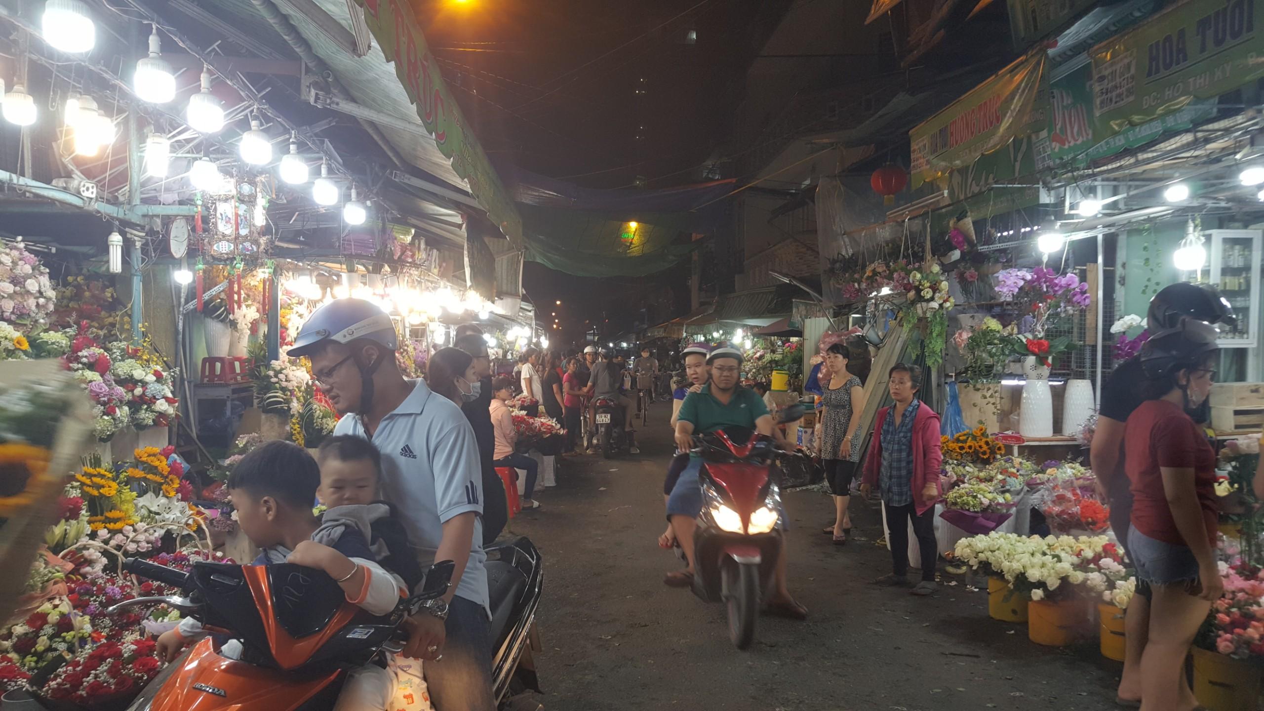 Chợ hoa lớn nhất TP.HCM cuối ngày 20/10 vẫn tấp nập Ảnh 7