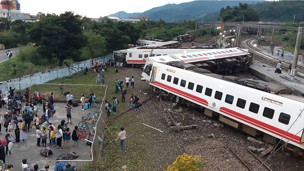 Tàu hỏa trật bánh ở Đài Loan, hơn 140 người thương vong Ảnh 2
