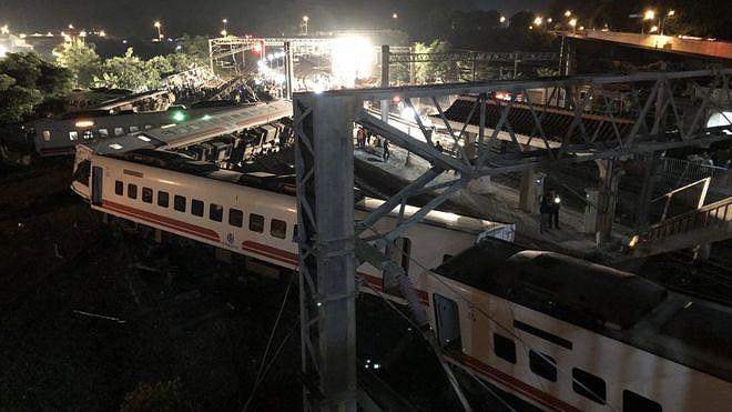 Tàu hỏa trật bánh ở Đài Loan, hơn 140 người thương vong Ảnh 3