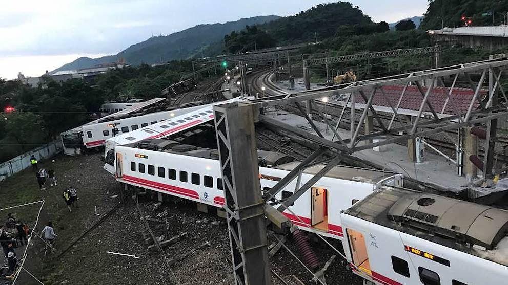 Tàu hỏa trật bánh ở Đài Loan, hơn 140 người thương vong Ảnh 1