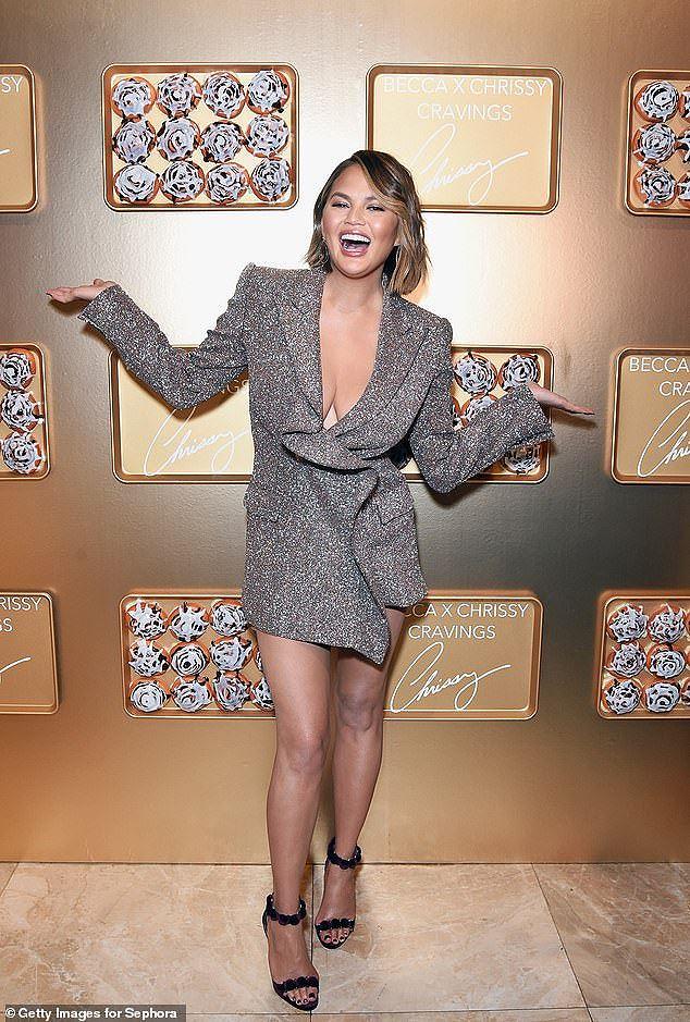 Nàng mẫu Mỹ Chrissy Teigen rạng rỡ, lấp ló ngực đầy Ảnh 3