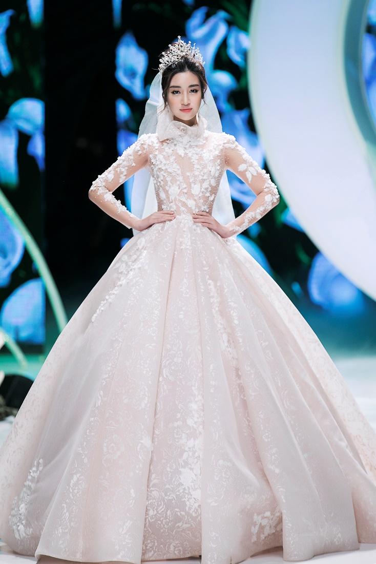 Hoa hậu Đỗ Mỹ Linh thu hút mọi ánh nhìn khi đảm nhiệm vedette tại CALLA SHOW 2018 - show diễn váy cưới lớn nhất Việt Nam Ảnh 5