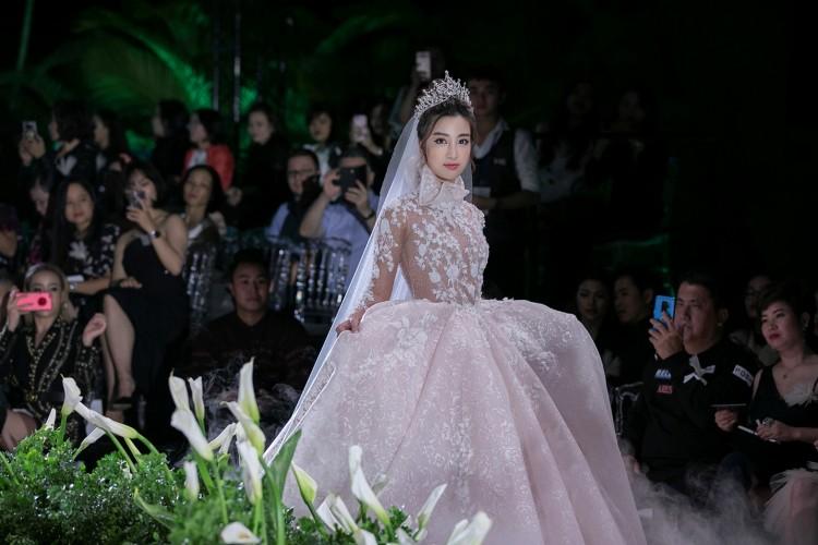 Hoa hậu Đỗ Mỹ Linh thu hút mọi ánh nhìn khi đảm nhiệm vedette tại CALLA SHOW 2018 - show diễn váy cưới lớn nhất Việt Nam Ảnh 2