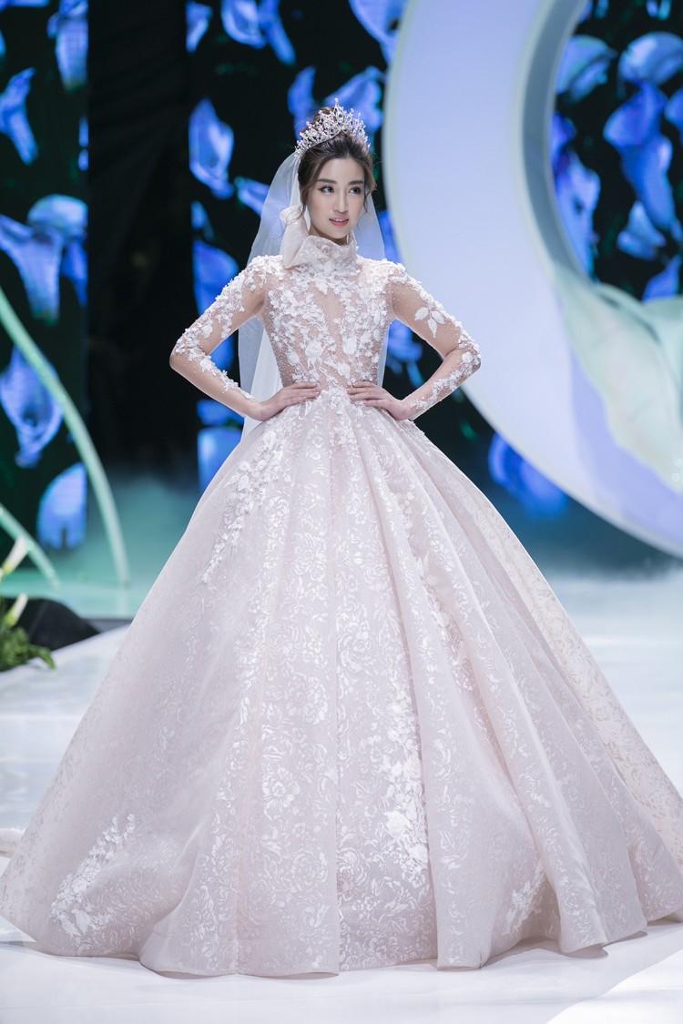Hoa hậu Đỗ Mỹ Linh thu hút mọi ánh nhìn khi đảm nhiệm vedette tại CALLA SHOW 2018 - show diễn váy cưới lớn nhất Việt Nam Ảnh 7