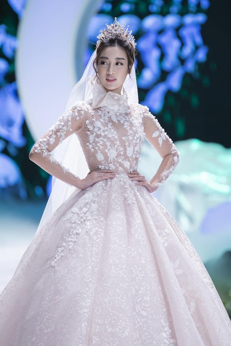 Hoa hậu Đỗ Mỹ Linh thu hút mọi ánh nhìn khi đảm nhiệm vedette tại CALLA SHOW 2018 - show diễn váy cưới lớn nhất Việt Nam Ảnh 4