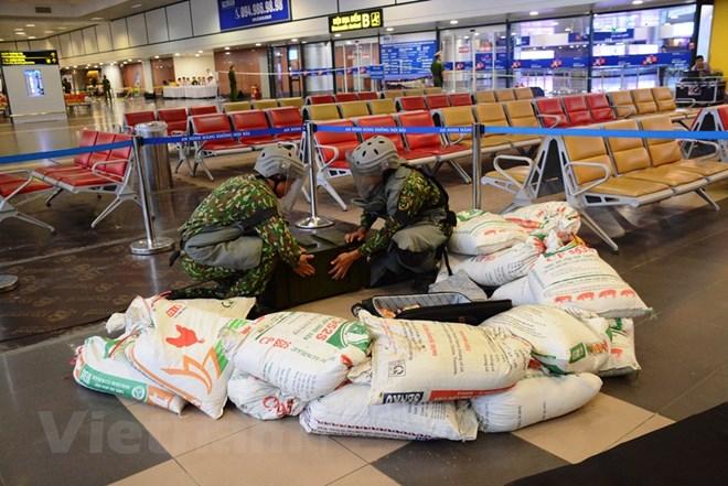 Diễn tập đối phó tình huống đặt bom, mìn tại sân bay Nội Bài Ảnh 11