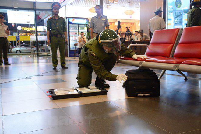 Diễn tập đối phó tình huống đặt bom, mìn tại sân bay Nội Bài Ảnh 4