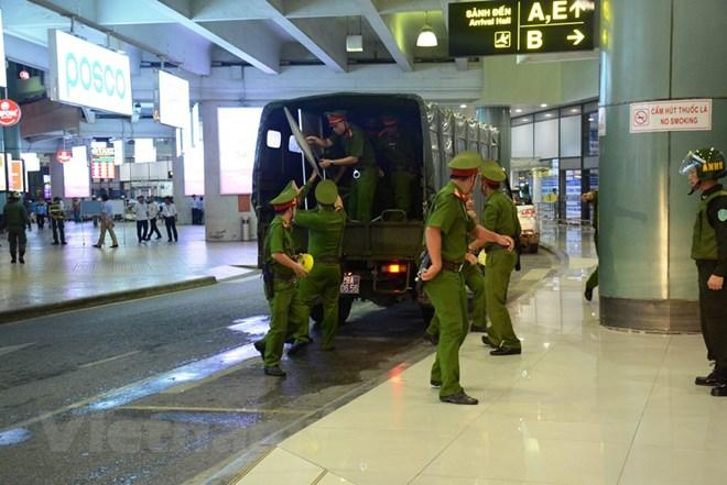 Diễn tập đối phó tình huống đặt bom, mìn tại sân bay Nội Bài Ảnh 6