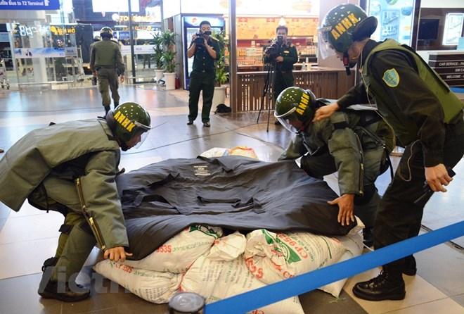 Diễn tập đối phó tình huống đặt bom, mìn tại sân bay Nội Bài Ảnh 1