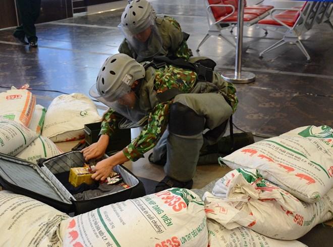 Diễn tập đối phó tình huống đặt bom, mìn tại sân bay Nội Bài Ảnh 10