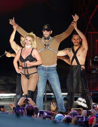 Britney Spears mặc đồ lót biểu diễn ở Texas Ảnh 6