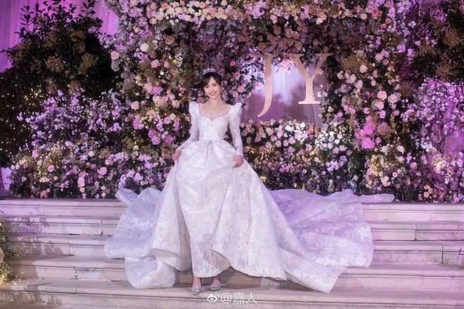 Đường Yên - La Tấn 'khóa môi' ngọt ngào trong đám cưới cổ tích Ảnh 4