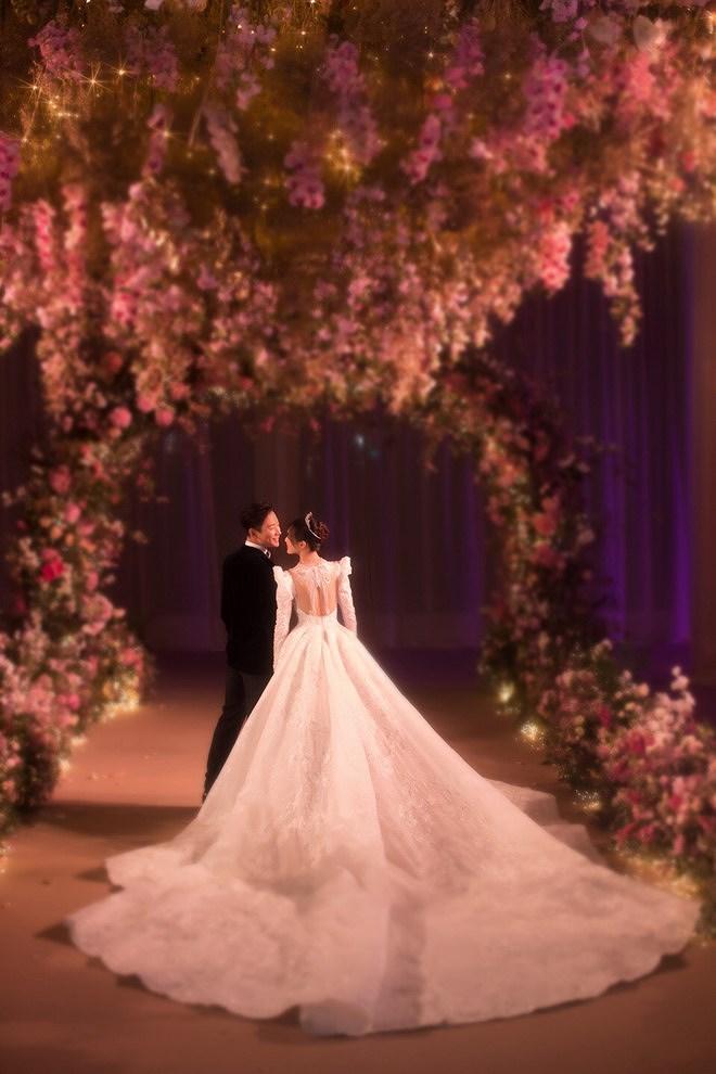 Đường Yên - La Tấn 'khóa môi' ngọt ngào trong đám cưới cổ tích Ảnh 3