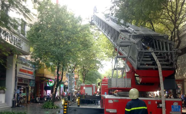 Cháy lớn khách sạn gần chợ Bến Thành, nhiều khách nước ngoài thoát nạn Ảnh 2