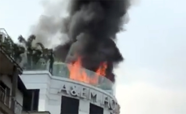 Cháy lớn khách sạn gần chợ Bến Thành, nhiều khách nước ngoài thoát nạn Ảnh 1