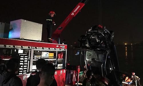 Thông tin bất ngờ vụ xe Mercedes rơi xuống sông Hồng Ảnh 1