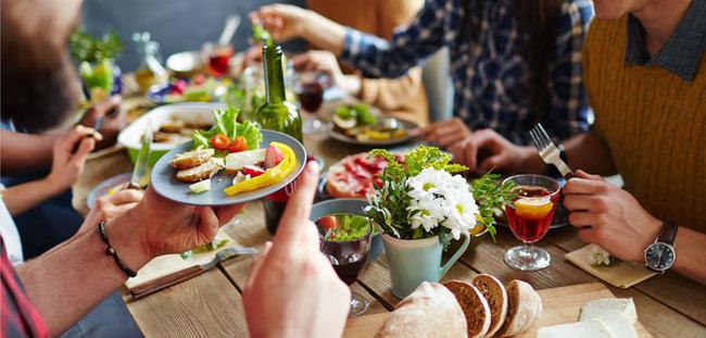 Thói quen 'xấu tệ xấu hại' cho sức khỏe trong lúc ăn uống nhưng hầu hết người Việt nào cũng mắc phải và khó từ bỏ Ảnh 3